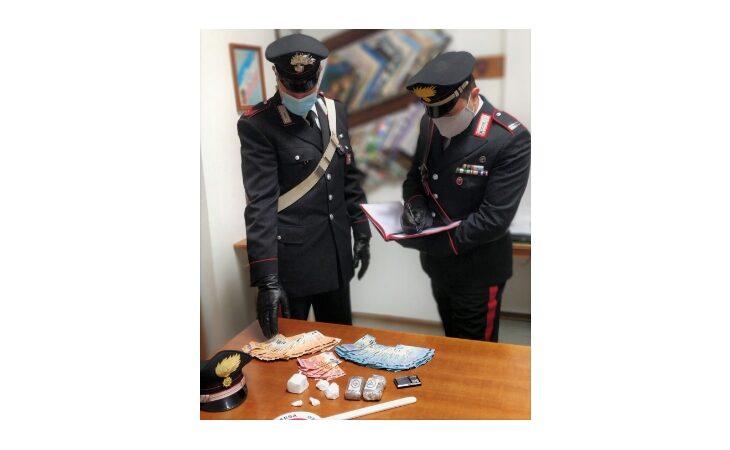Sorpreso a vendere cocaina vicino al supermercato, arrestato 39enne