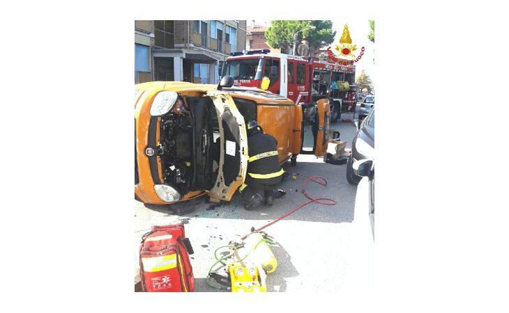 Provoca un incidente in via D'Azeglio e scappa, polizia locale sulle tracce di una Bmw