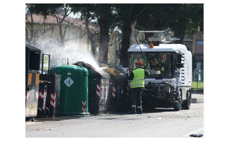 A Imola cassonetti dell'immondizia più puliti grazie allo spazzamento