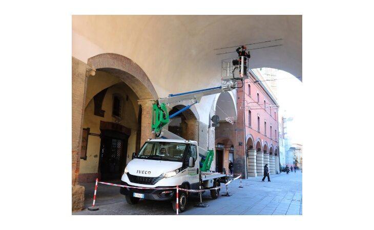 Nel centro storico di Imola montati nuovi dissuasori per tenere lontani i piccioni