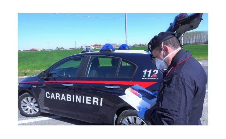 Scuola dona tablet a studenti in isolamento, la consegna per mano dei carabinieri