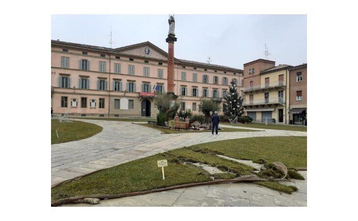 Vandali in piazza XX Settembre, rovinato il prato allestito in centro a Castello per le festività