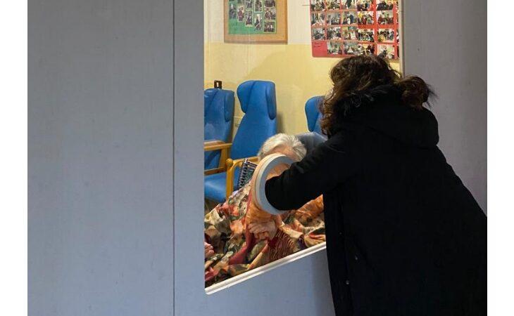 Coronavirus, il Comune di Fontanelice regala una «stanza degli abbracci» alla casa di riposo
