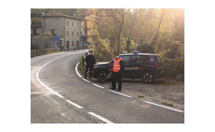 Divieto di spostamento tra regioni, carabinieri al lavoro giorno e notte al confine con la Toscana