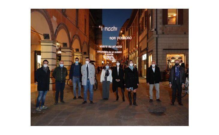 Il Natale delle parole luminose scritte sospese nell'aria, da Imola a tante altre città dell'Emilia Romagna