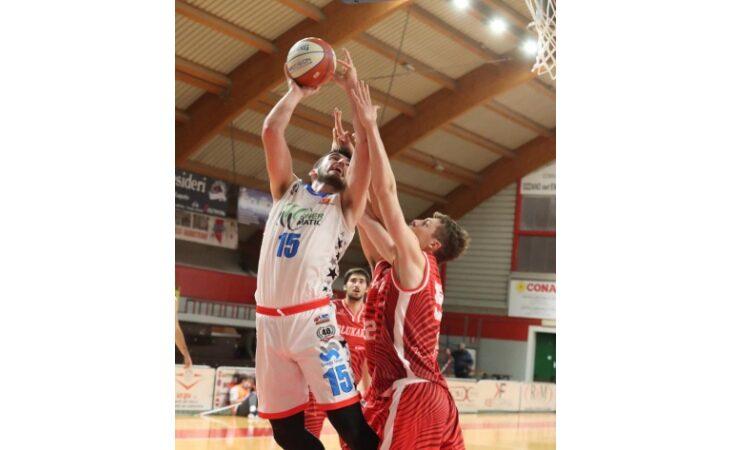 Basket serie B, super Preti trascina l'Andrea Costa contro Alessandria. Il cuore della Sinermatic per vincere a Livorno