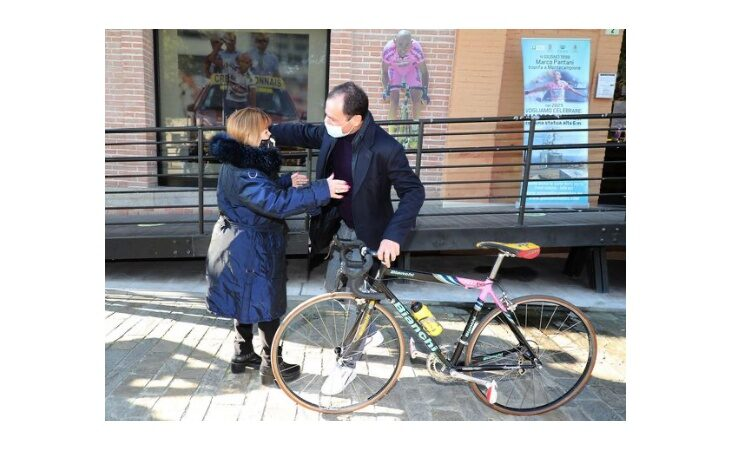 Il Ct Cassani consegna la Bianchi del Tour 2000 del «Pirata» comprata all'asta a Tonina Pantani