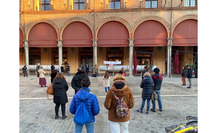 In piazza a Imola la protesta degli studenti di «Priorità alla scuola» per un rientro in classe in sicurezza