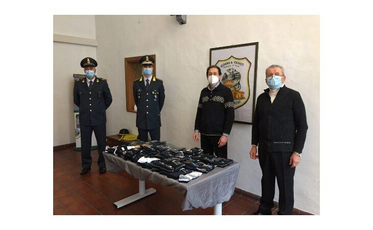 La guardia di finanza di Imola dona oltre 150 calze sequestrate alla Caritas Diocesana