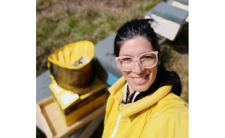L'apicoltrice ozzanese Erica Bertoni si aggiudica il premio Tina Anselmi per le donne che si sono distinte nel lavoro