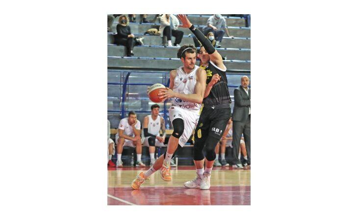 Basket serie B, ancora un supplementare fatale per l'Andrea Costa