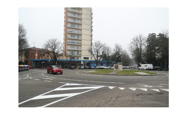 Nuove strisce bianche in viale Dante, cambiate le precedenze alla rotonda e collegati tra loro i tratti di ciclabile