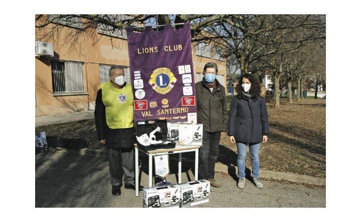 Il Lions Club Val Santerno dona alle scuole cinque microscopi con fotocamera oculare