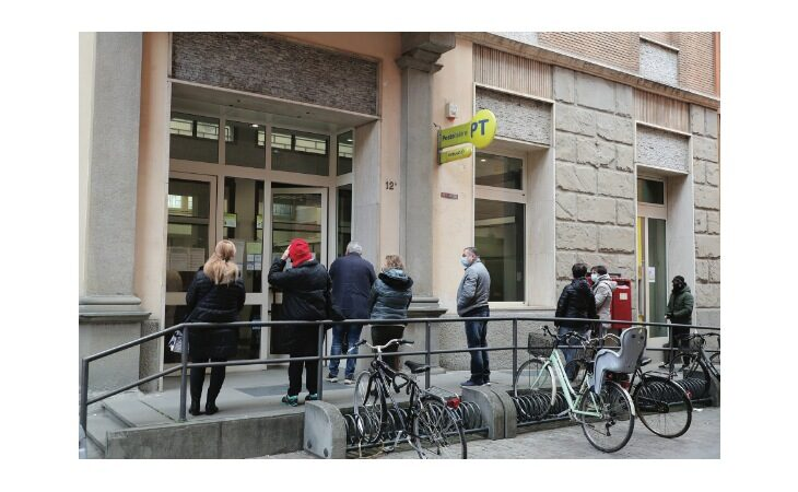 Mancano impiegati e postini, lunghe code fuori dagli uffici