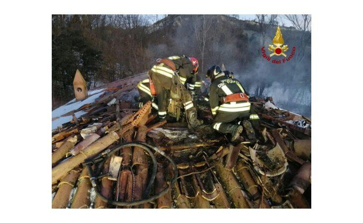 A fuoco il tetto di una palazzina in via Valsellustra a Casalfiumanese
