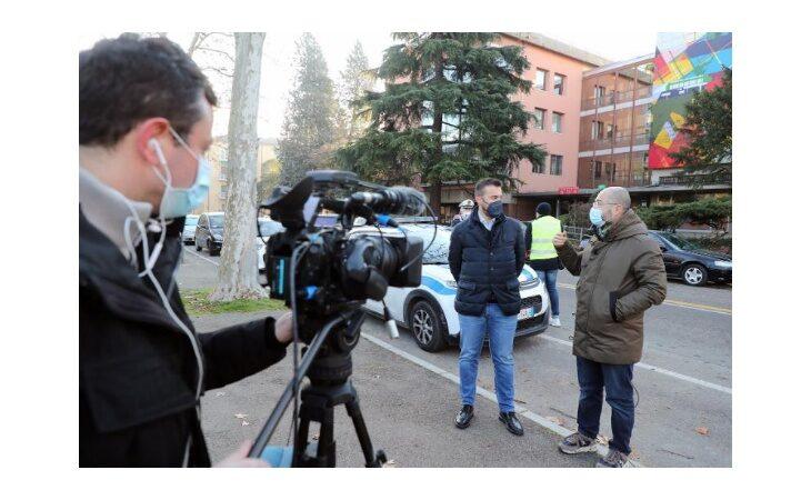 Coronavirus, la troupe di Sky a Imola per un servizio sui controlli davanti alle scuole. Intervistato il sindaco Panieri