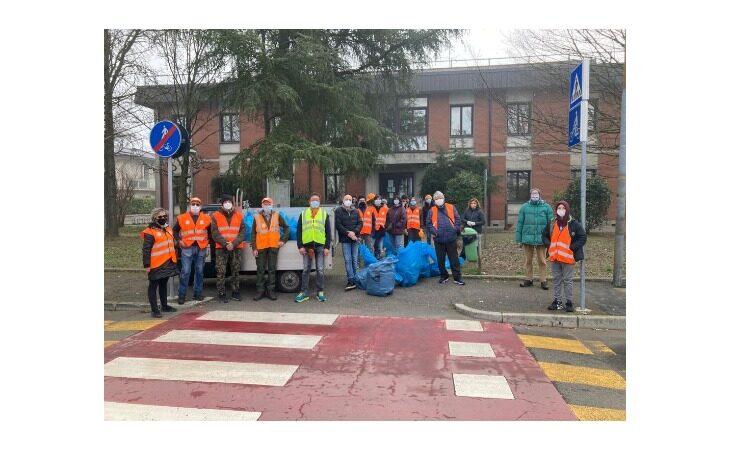 A Mordano cittadini e associazioni ripuliscono il paese e «mettono nel sacco» i rifiuti abbandonati