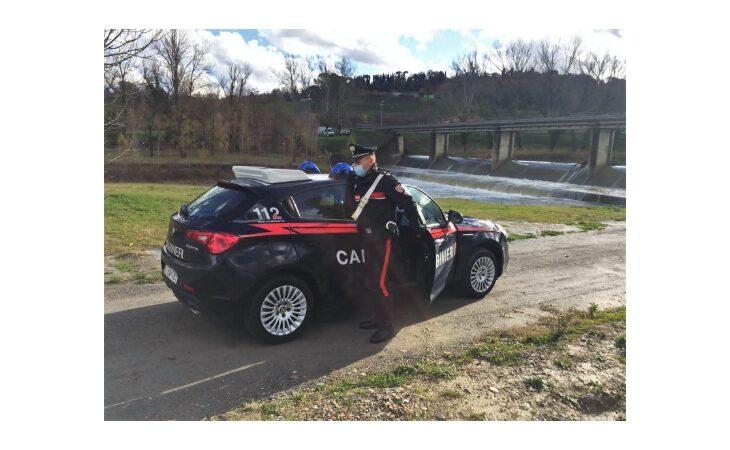 I carabinieri gli sequestrano la cocaina, rapito e picchiato dalla banda. Arrestati tre giovani