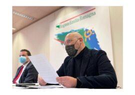 Coronavirus, il presidente Bonaccini firma l'ordinanza per la zona «rossa». Cosa chiuderà da domani e l'elenco delle attività commerciali aperte