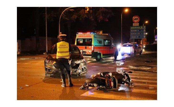 Schianto tra auto e scooter all'incrocio, ferito 24enne