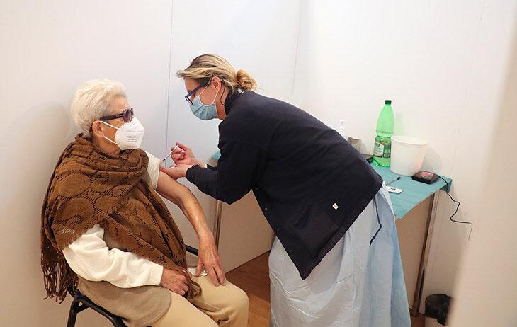 """Coronavirus e vaccino, da lunedì 15 marzo al via per gli over 75. E l'Ausl chiama le persone """"vulnerabili'"""