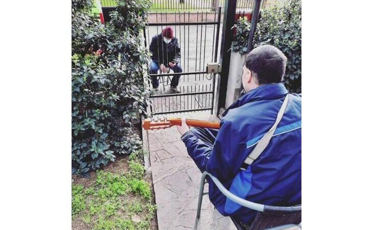 Padre e figlio si «incontrano» alla Comunità Alloggio di via Sangiorgi sulle note della chitarra