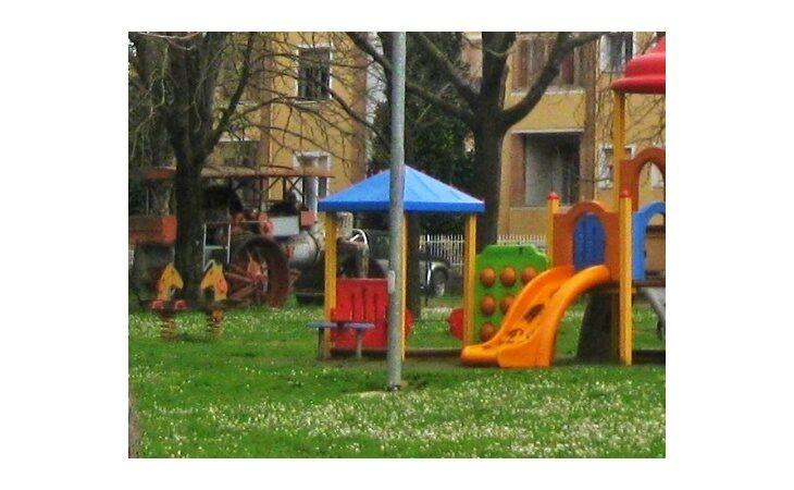Coronavirus, a Castel San Pietro il sindaco Tinti riapre i giochi nei parchi pubblici