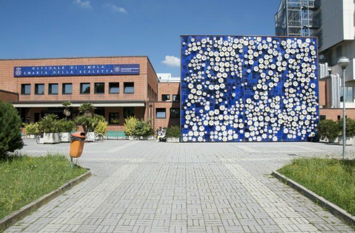 Presidio davanti all'ospedale di Imola contro la riduzione degli stipendi nella sanità