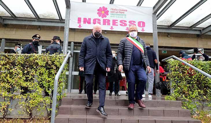 """Coronavirus muore un uomo di 63 anni a Imola. Bonaccini a Castel San Pietro: """"Priorità agli anziani, ma servono i vaccini"""""""