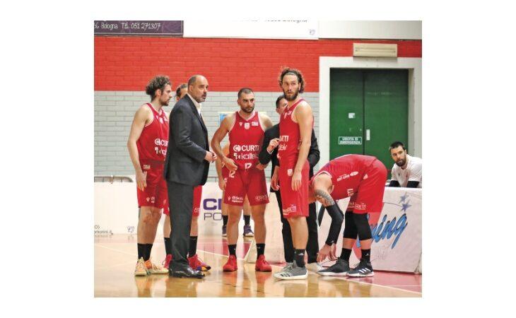 Basket serie B, giocatori e staff dell'Andrea Costa ancora senza stipendi: «Situazione non più tollerabile»