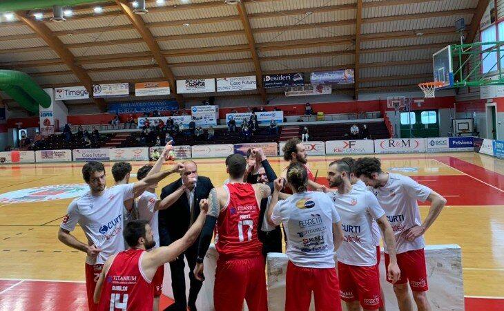 Basket serie B, l'Andrea Costa ritrova la vittoria. Volata fatale ad Alba per la Sinermatic