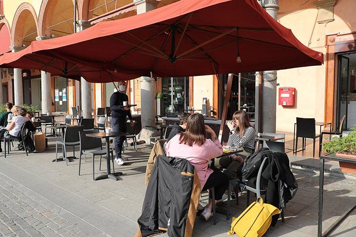 Coronavirus, dal 26 aprile l'Emilia Romagna torna gialla. Le novità su spostamenti, scuole, bar, ristoranti, sport e spettacoli