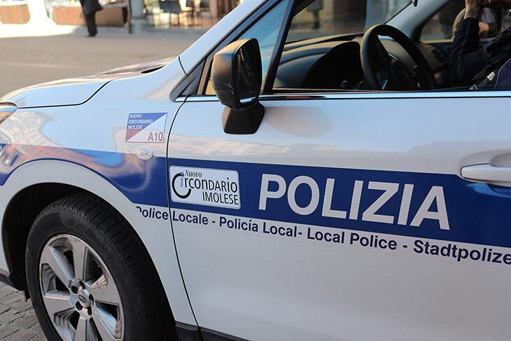 Non rispetta lo stop e urta un'altra auto, la polizia locale di Imola cerca il conducente di una Fiat Tipo