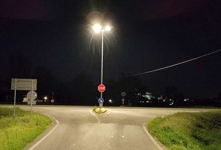 Nuovo lampione per illuminare l'incrocio tra via Cartara e gli Stradelli Guelfi a Poggio Grande