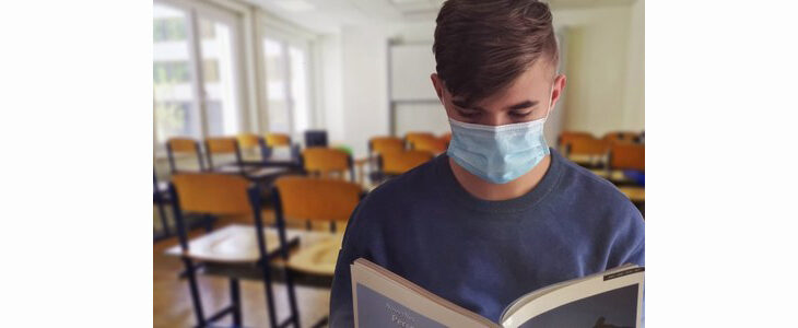 Coronavirus, solo 6 nuovi casi e lieve calo dei ricoveri a Imola. Scuola: novità per la quarantena di studenti e insegnanti