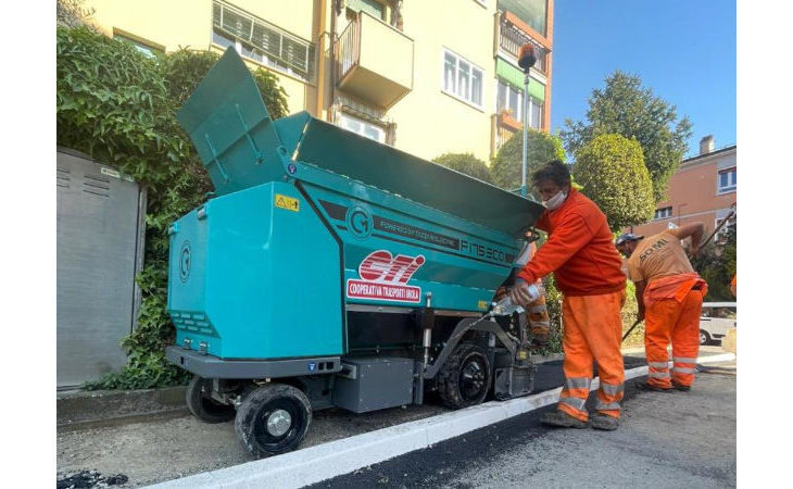 In azione a Imola la prima asfaltatrice elettrica a zero emissioni realizzata dalle aziende Cm e Tazzari
