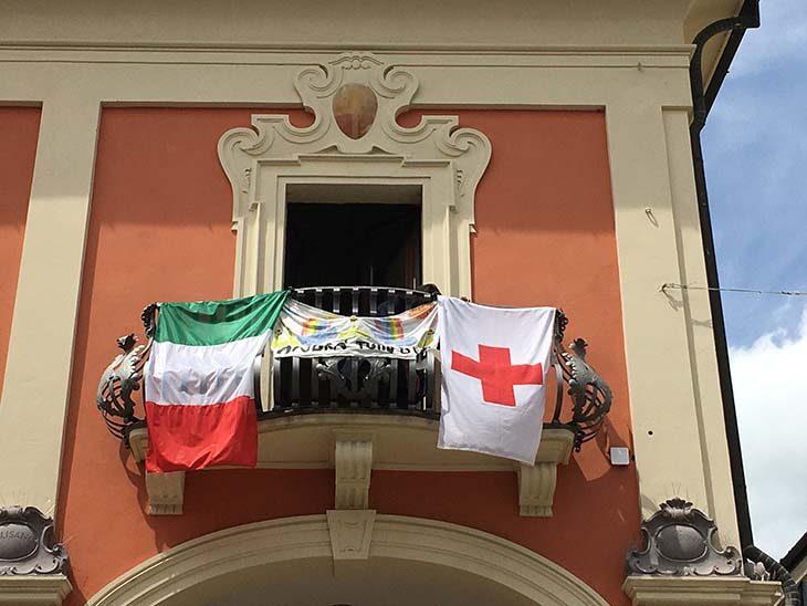 A Medicina la bandiera della Croce rossa sventola sul balcone del municipio