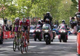 """Giro d'Italia: le immagini a Ozzano, Castel San Pietro, Dozza e Imola con i protagonisti sul """"traguardo volante' – IL VIDEO"""