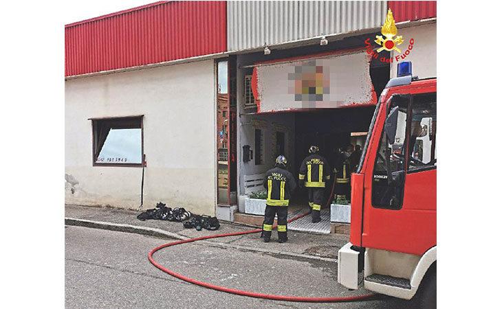 Incendio in una pizzeria in via Serraglio a Imola, danni ingenti