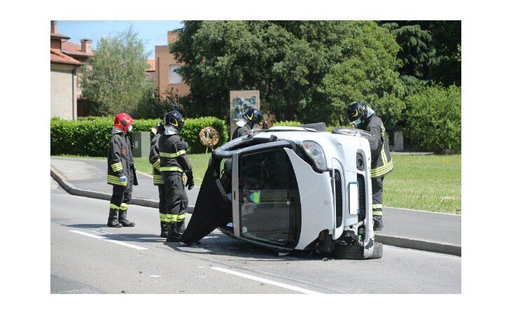 Smart si ribalta dopo incidente, 57enne trasportato in elisoccorso al Maggiore