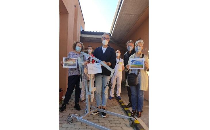 Un solleva-persone donato da alcuni familiari agli anziani della casa protetta «La coccinella» di Castel San Pietro