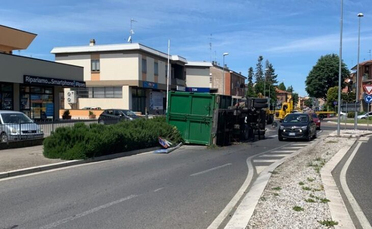 Camion si ribalta alla rotonda e perde il carico, traffico in tilt per ore