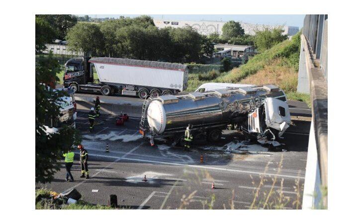 Autocisterna si ribalta in A14, morto il conducente. Lunghe code e chiuso il tratto tra Imola e Castello verso Ancona
