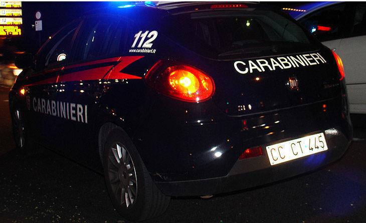 Auto si ribalta alla rotonda, feriti tre giovani