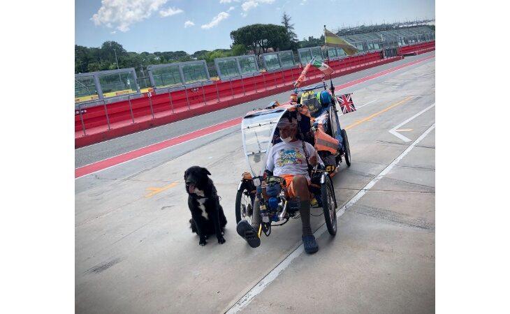 Il giro del mondo «ambientalista» in bici di Starsky & Hutch ha fatto tappa all'autodromo di Imola