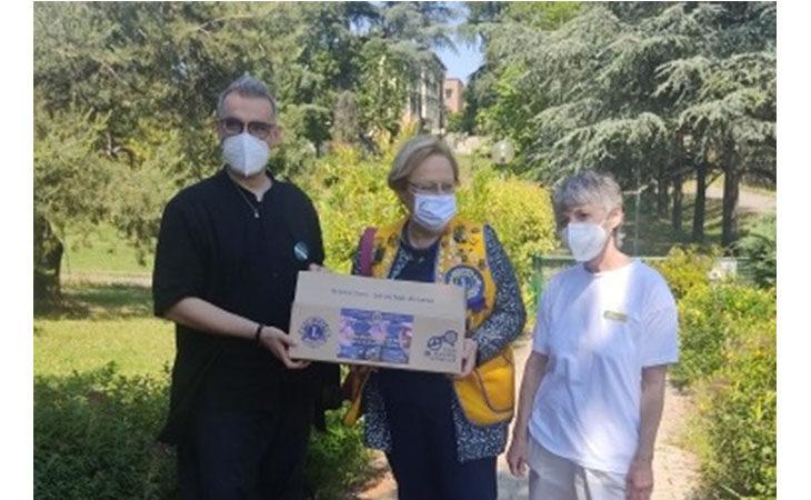 Il Lions Club dona occhiali ai nonni della casa di riposo «La Coccinella» di Castel San Pietro