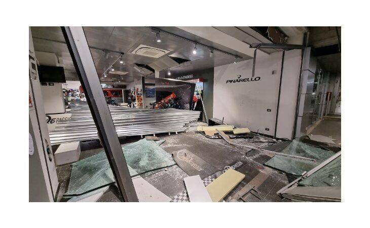 Preso d'assalto il negozio Bike Passion in autodromo, vetrina sfondata e bici rubate