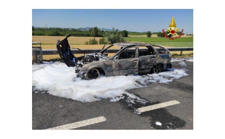 Auto in fiamme in A14, intervengono i vigili del fuoco