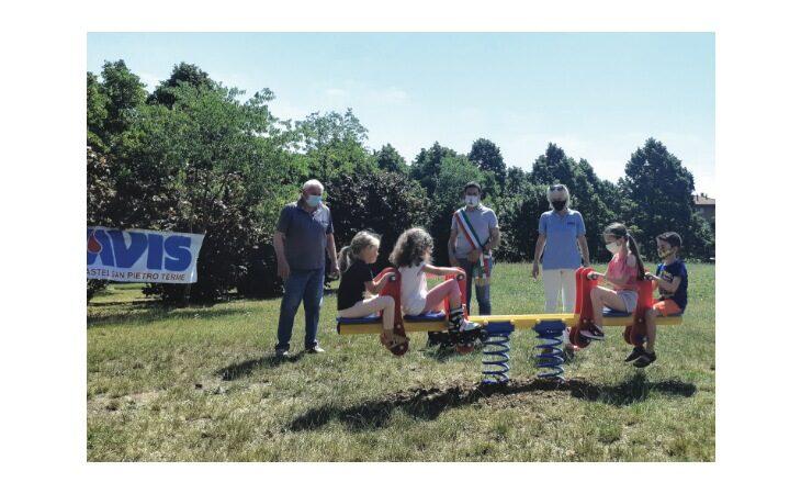 Dall'Avis di Castello una panchina rossa e un nuovo gioco per il parco Scania