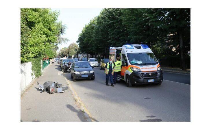 Schianto tra uno scooter ed un'auto, feriti due 16enni